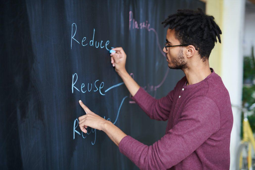 Un homme en train d'organiser sa gestion de projet