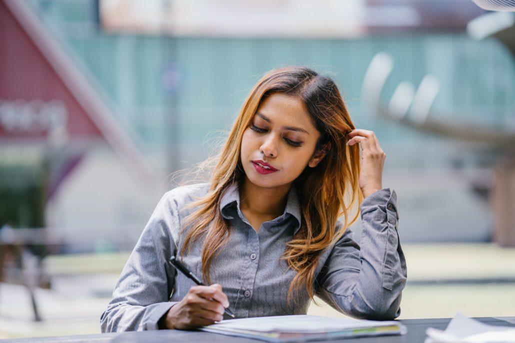 Une jeune femme définissant ses objectifs